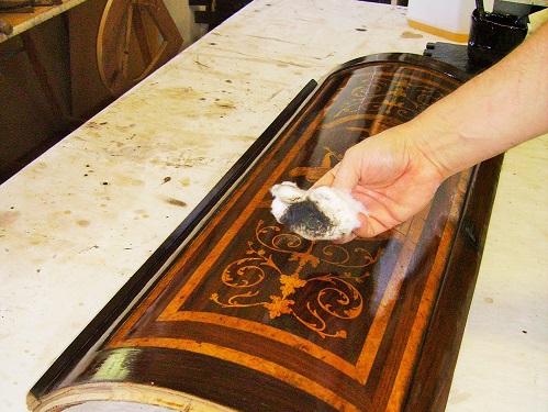 pulitura per togliere lo sporco che rovina la patina del mobile-artedelrestauro.it