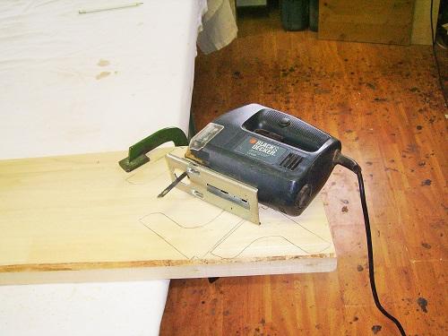 come restaurare una sedia tagliando i rinforzi di pioppo con il seghetto alternativo-artedelrestauro.it