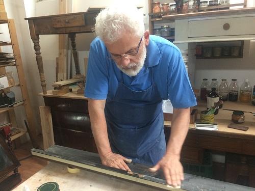 il maestro Carlo Ferrari insegna come lucidare un pianoforte e come togliere le screpolatura con la carta vetrata-artedelrestauro.it