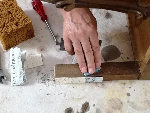 Terza tappa: carteggiatura e stuccatura