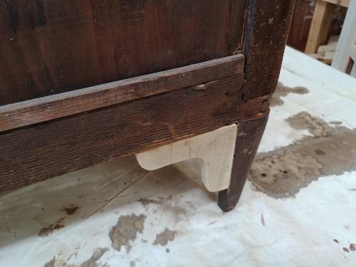 Stai al passo: rinforzi per i piedi posteriori di un cassettone.