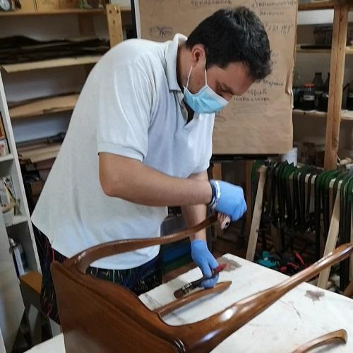 lucidatura a tampone al corso di restauro.