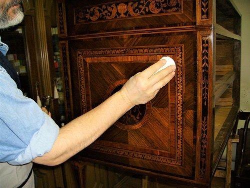 La lucidatura dei mobili antichi.