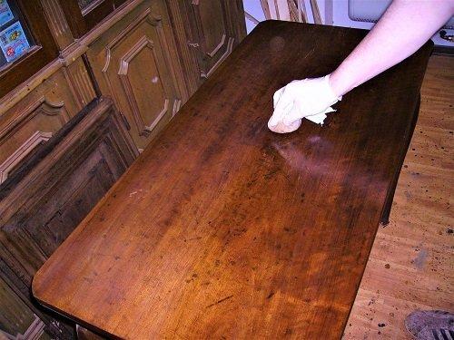 Lucidatura a tampone. Come restaurare un tavolo da muro o consolle. Mestierincorso.it