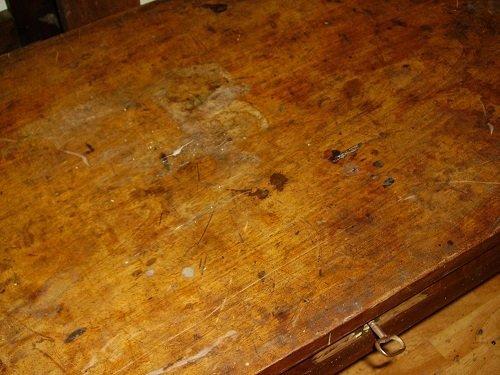 Il piano di una consolle da restaurare. Come restaurare un tavolo da muro o consolle. Mestierincorso.it