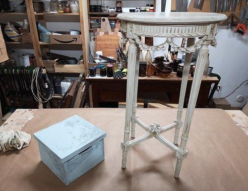 Come rinnovare un mobile: un tavolino e una scatola shabby.