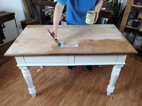 Come-rinnovare-un-vecchio-tavolo-decorandolo-mestierincorso.it