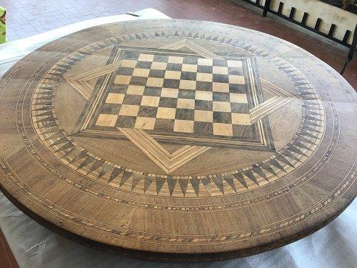 Il restauro di un tavolo intarsiato nei corsi online di mestierincorso.it