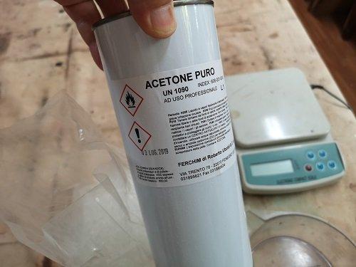 L'acetone per sciogliere il Paraloid.