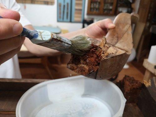 Come consolidare il legno con il Paraloid: spennellare le parti ammalorate.